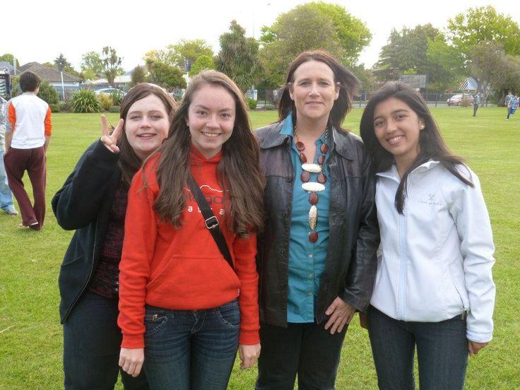 Nuestra viajera Ale con su familia anfitriona durante su programa de intercambio estudiantil en Nueva Zelanda #highschool #intercambioestudiantil #nuevazelanda #christchurch