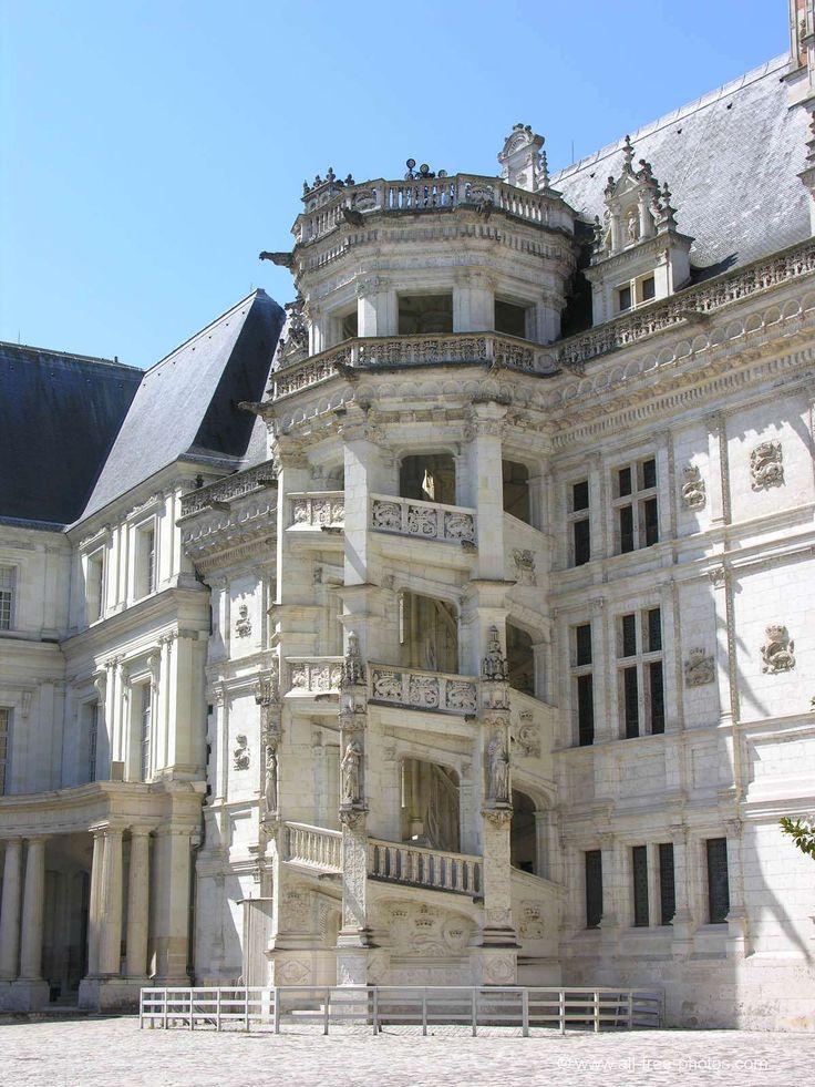Château de Blois - France, aile François 1er, escaliers à vis ornés de sculpture et présence de motifs grotesques.
