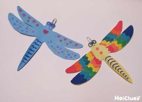スーッとまっすぐに飛んだり、くるりと宙返りしたりするトンボ!  たった2つの材料で作れちゃうのがうれしい♪  秋の高い空の下で遊んでも楽しそうな、手作りおもちゃ。