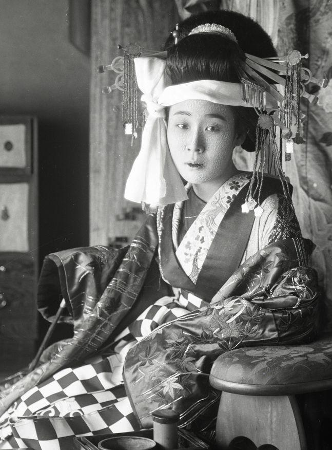 Tayuu. About 1900, Japan. Image via yuki willy v of Flickr
