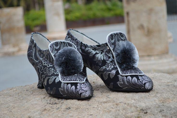 La oferta de calzado de valenciana es cada vez más amplia a pesar de tratarse de un modelo de diseño clásico en la indumentaria que no permite demasiadas licencias.Este año están marcando estilo dos combinaciones en el calzado de valenciana que se emplean tanto en las falleras como en las