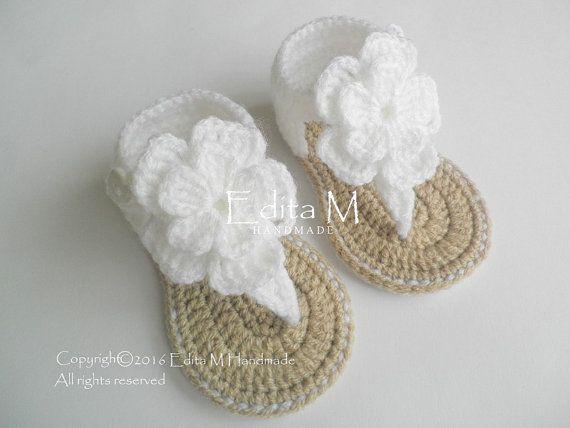 Gehaakte baby sandalen. Gemaakt van acryl garen. Grootte: 6-9 maanden. Lengte: ca. 11,5 cm. - 4 1/2 inch  Handwas in koud water.  Je kunt me