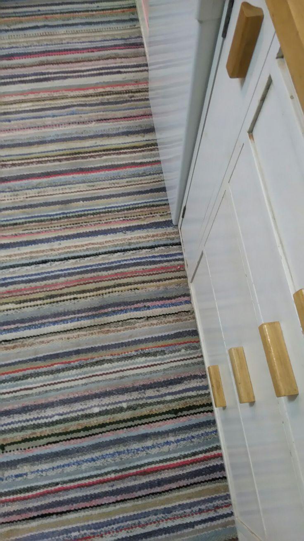 Vaihdoin vanhaan keittiöömme vanhan räsymaton. Ihanat värit. An old rug rag to our old kitchen.