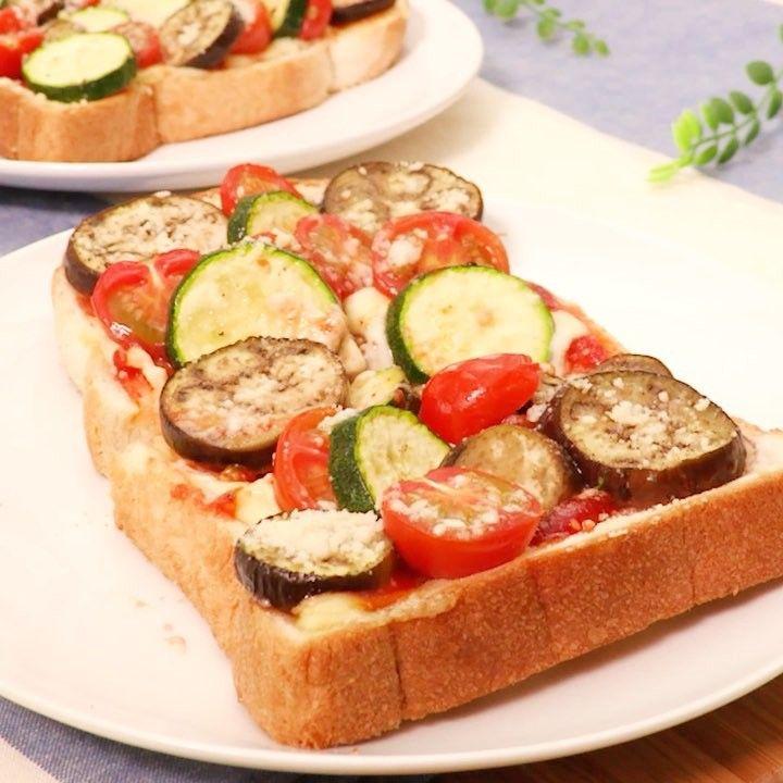 いいね!7,017件、コメント12件 ― DELISH KITCHEN - デリッシュキッチンさん(@delishkitchen.tv)のInstagramアカウント: 「野菜たっぷりボリューム満点♪ 彩り豊かな夏野菜で見た目も華やか! この #ナスとズッキーニのピザトースト で1日をスタートしてみては!? 材料 (2人分) ・食パン(6枚切り)  2枚 ・プチトマト…」
