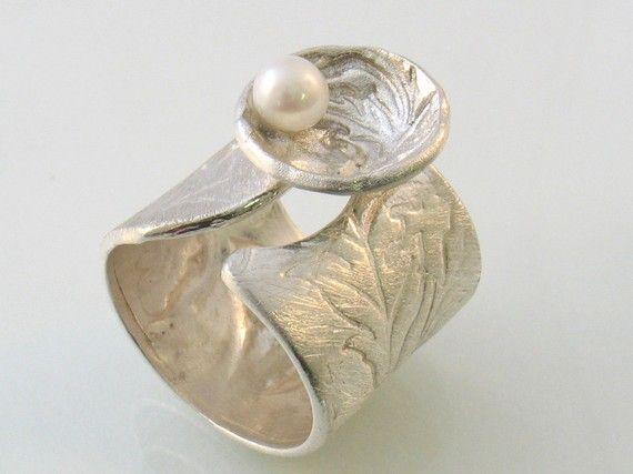 Satijn bloemen textuur op open band zilver ring met parel door yutal