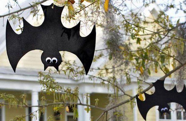 Das gemeinsame Dekorieren gehört zum Halloween feiern mit Kindern dazu. Man kann dazu schöne Sachen kaufen, aber selber basteln mit den Kindern macht viel mehr Spaß. Und ist meistens noch günstiger auch. Wir zeigen Dir 18 hübsche Dekoideen, damit das Haus am 31. Oktober rechtzeitig in Halloween-Stimmung ist!