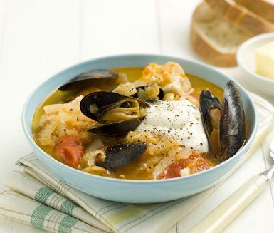 Här är en lyxig och mustig fiskgryta med musslor och fänkål som du gör på sej, fänkål, tomater, lök, buljong och lite kryddor. Servera gärna fiskgrytan med baguette och en klick yoghurt. En god rätt till helgen eller för att lyxa till det i vardagen.