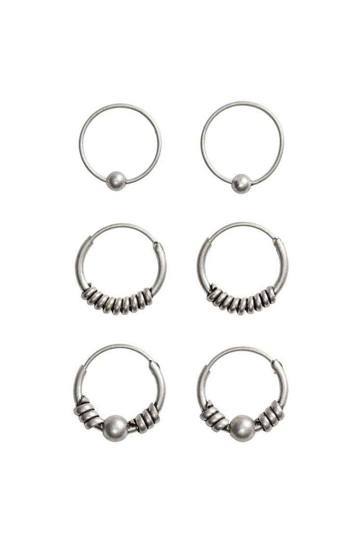 Lot de 3 paires de créoles: Boucles d'oreilles rondes en métal. Tailles et décors variés. Diamètre 1,1 cm environ.