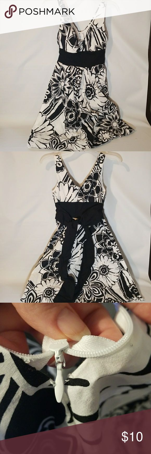 Black and White Flower Dress 4 B Smart Black and White Flower Dress . Seam may need sewn back at bottom of zipper see photo size 4 B Smart Dresses Mini