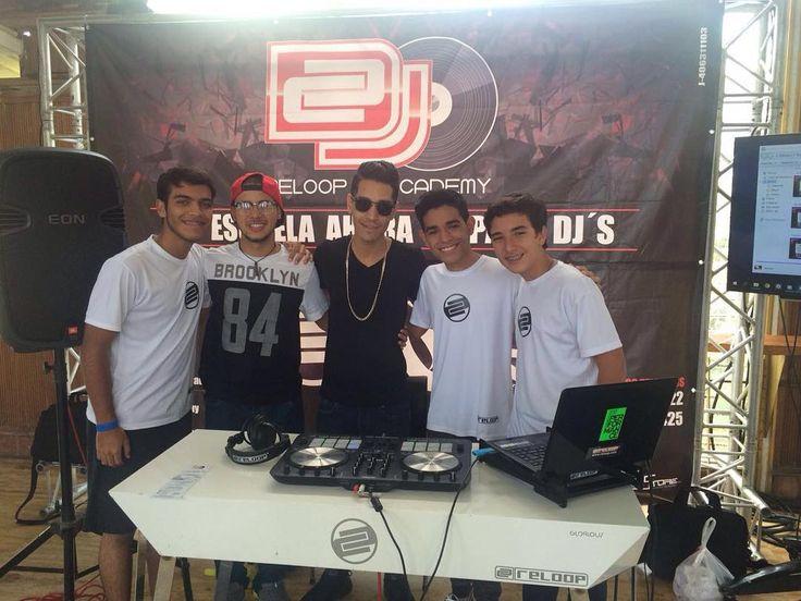 El fin de semana pasado compartí con algunos de los estudiantes de la academia para DJ's @reloopdjacademy en la @expomundoinfant y quedé gratamente sorprendido del gran talento de estos nuevos DJ's que a su corta edad ya tienen gran destreza al mezclar música.  Si tú también quieres aprender el arte de ser DJ comunícate hoy con @reloopdjacademy di que vas de mi parte y obtén grandes descuentos.  #ReloopDJAcademy #ReloopDJ #Serato #Caracas #Venezuela #DJ #DJLife #EscuelaParaDJs #Academia