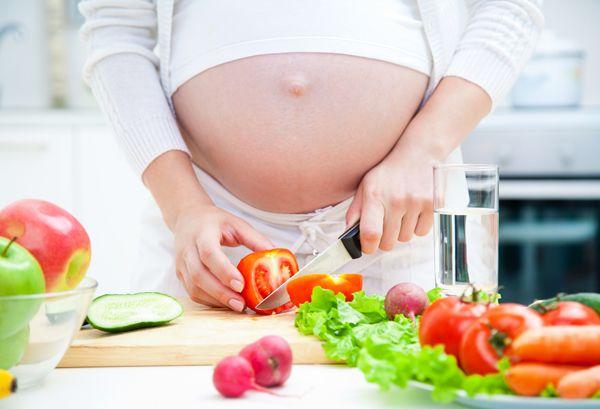 #Salute: Uno studio rivela che un'alimentazione prudente nei primi 5 mesi di #gravidanza riduce i parti prematuri.http://www.sfilate.it/229521/gravidanza-qualche-consiglio-per-i-mesi-pancione
