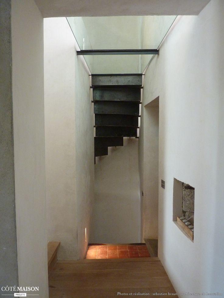 une plaque de verre en guise de plafond pour donner une illusion de hauteur entr e et couloir. Black Bedroom Furniture Sets. Home Design Ideas