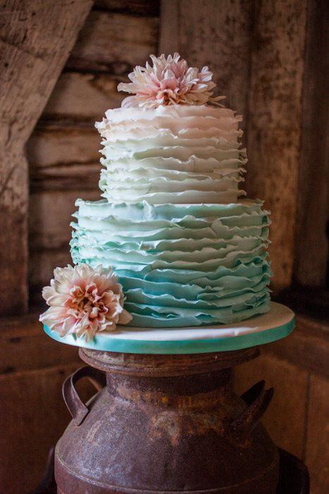 bolo degradê ou ombre cake e também ruffle cake ou bolo de babados