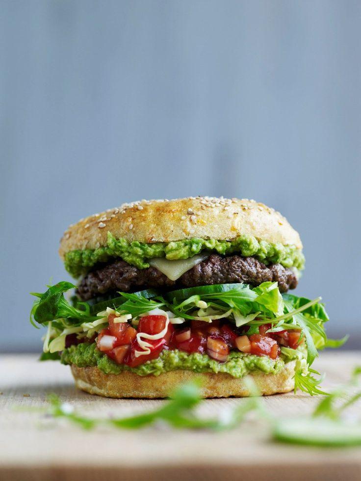 Sæsons ultimative burger  Hjemmelavet guacamole og tomatsalsa løfter den klassiske cheeseburger op i en helt ny liga – både hvad angår smag og sundhed