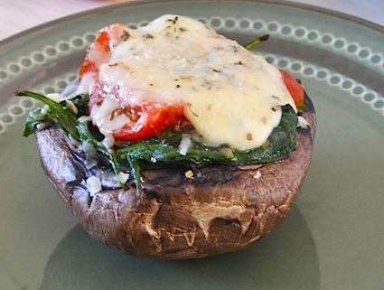 Gevulde portabello || oven || portabello, spinazie, knoflook, gepelde tomaten, mozzarella, parmezaanse kaas, italiaanse kruiden, peper en zout