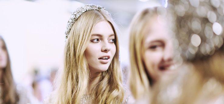 Con strass o decorazioni luccicanti, gli accessori per capelli della sposa sono un must per le acconciature da matrimonio.