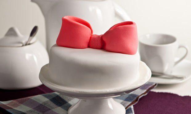 Em cupcakes, minibolinhos e bolos de casamento, a pasta americana faz o maior sucesso e permite lindas decorações. Aprenda o passo da receita com a chef Wayne Ferreira, do Atelier Gourmand