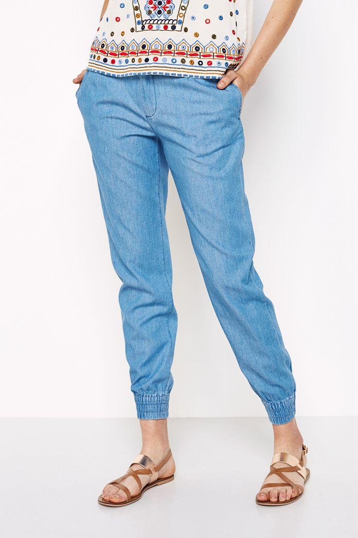 Pantalón denim ligero, con bolsillos laterales, con bolsillos traseros falsos de vivos, con lazo en la cintura y con puños elásticos en los tobillos.   Jeans   Springfield
