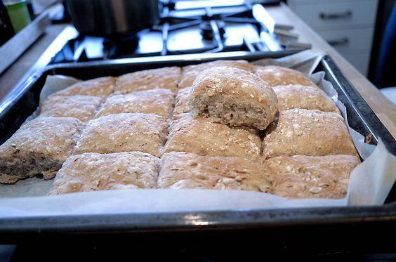 """Jeg er uhyrlig svak for brød som smaker kjempegodt og som nesten ikke krever jobb fra min side! Har du samme svakhet? Da er dette brødet helt perfekt å bake! Jeg har oppskrift på et nesten tilsvarende langpannebrød i en av bøkene mine også, og jeg vet at det blir hyppig bakt av mange. Håper denne … Continue reading """"Langpannebrød med havregryn"""""""