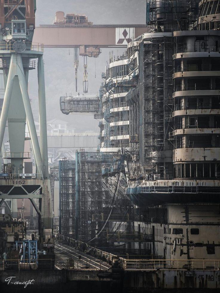 『三菱重工長崎造船所』船上カメラマンとなって、フェリーの上より至近距離で撮影。現像のポイントは、鋼鉄の質感、奥行き感、足場等…