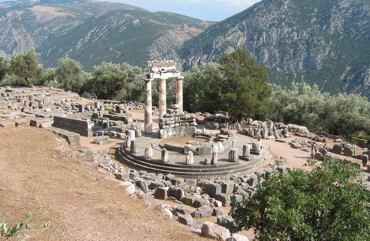 The historic temple of Athena - Delfi