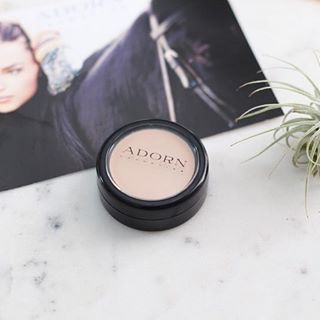 Hydrating and lightweight concealer suitable for even the most sensitive skin. Contains Jojoba Seed Oils and Shea Butter to keep skin hydrated and soothe blemishes Image via @rawandpure #adorncosmetics #adornthyself