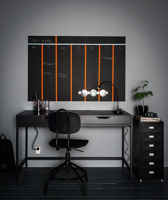 Haal het maximale uit je bureau en de ruimte er omheen | IKEA IKEAnl IKEAnederland kantoor werkplek werkspot studeerkamer studeren werken office desk inspiratie wooninspiratie interieur wooninterieur studeerplek kantoor ALEX bureau KULLABERG bureaustoel grijs donkergrijs HELMER ladeblok