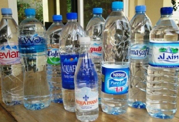 Os riscos de beber água armazenada em garrafa de plástico | Cura pela Natureza