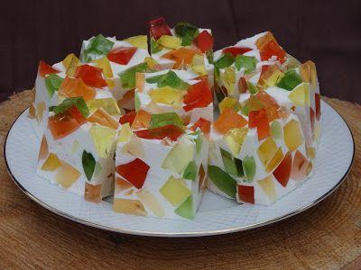 To ciasto na zimno znają chyba wszyscy. Najbardziej lubią je dzieci bo jest bardzo kolorowe. Masę można zrobić ze śmietany, sera sernikowego...