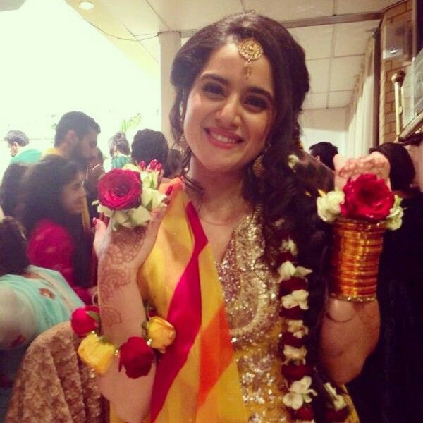 My stunner wearing bridal flower jewellery for brothers mehndi party