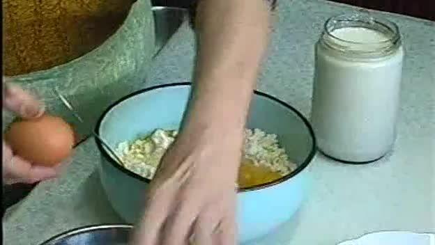 """Златно видео! Баба обяснява как се прави дърпана баница! 3.30/5 (66.09%) 46 votes Клипче във Vbox7, на което баба със златни ръце обяснява как се прави дърпана баница, се превърна в абсолютен хит сред кулинарите! Т.нар. дърпана баница не е лесна за приготвяне, но хора, които са я опитвали, споделят, че има незабравим вкус. """"Браво,…"""