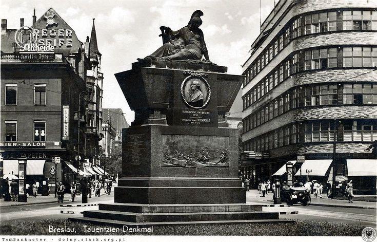 Pomnik generała Von Tauentziena, który stał pośrodku placu jego imienia (obecnie pl. Kościuszki). Po prawej dom towarowy Wertheim (po wojnie PDT, obecnie Renoma). Po lewej nie istniejąca kamienica narożna, z licznymi reklamami - m.in. uzdrowiska Polanica Zdrój oraz mydła Reger. Na parterze kamienicy mieścił się sklep z tapetami, zaś na piętrze salon fryzjerski.Lata 1930-1941