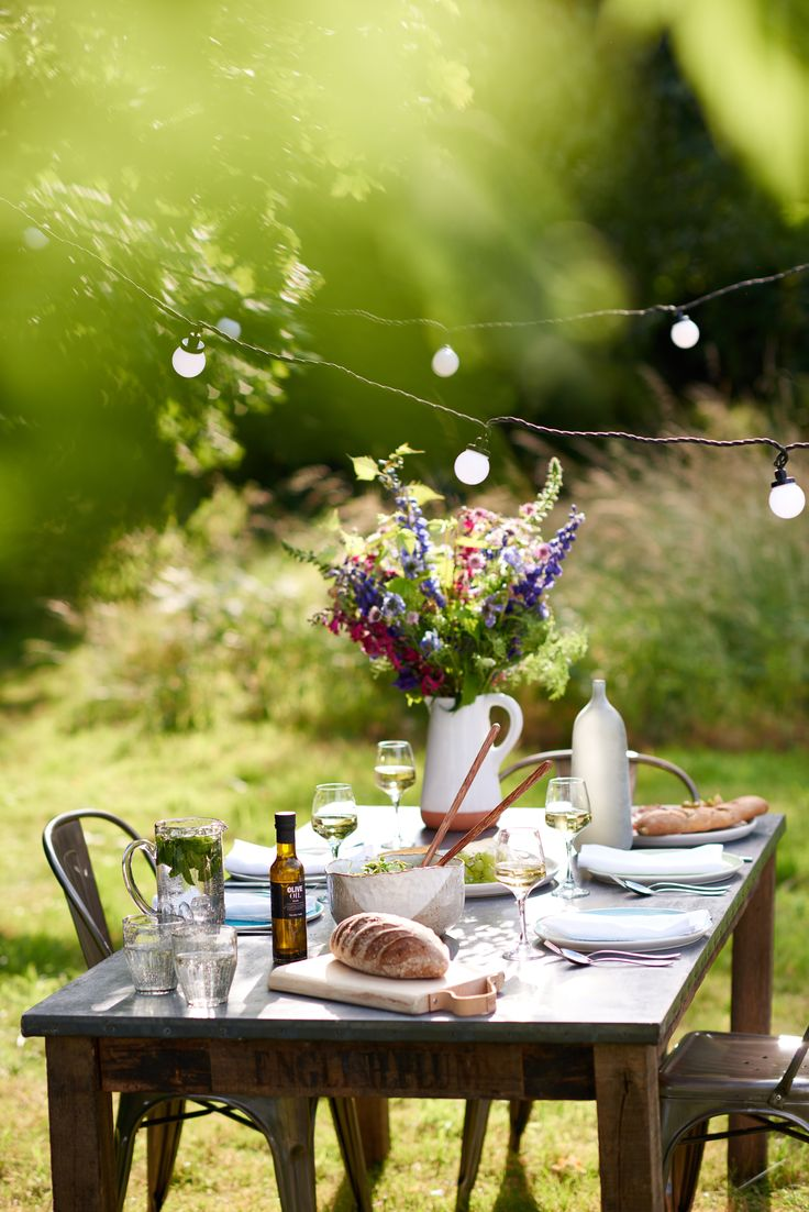 We love the paired back simplicity of our rustic al fresco table. Click to find out how to recreate the look.