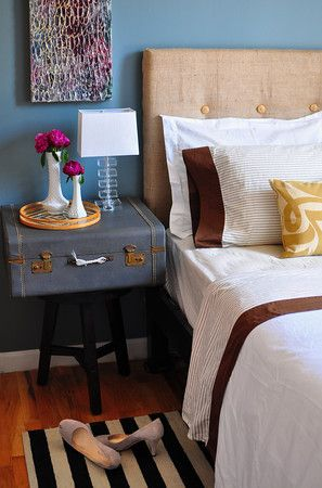 diy burlap headboard. you could switch out the buttons with different fabric colors!