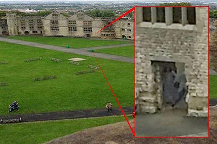 Uma britânica fez essa foto sinistra acima.Amy Harper, 28 anos, de Birmighan, estava com o marido, Dean, e o três filhos no castelo de Dudley, nas Midlands Ocidentais, na Inglaterra. Usando um celular, ela fez várias fotos do lugar num dia de visita com a família. A imagem mostra o vulto, ou o espírito, de uma mulher de vestido ao lado do que seria uma criança
