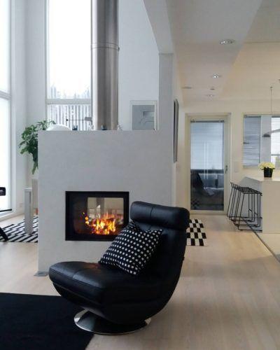 Läpitakka tarjoaa liekkien lämpöä ja valoa sekä olohuoneen että ruokailutilan puolelle