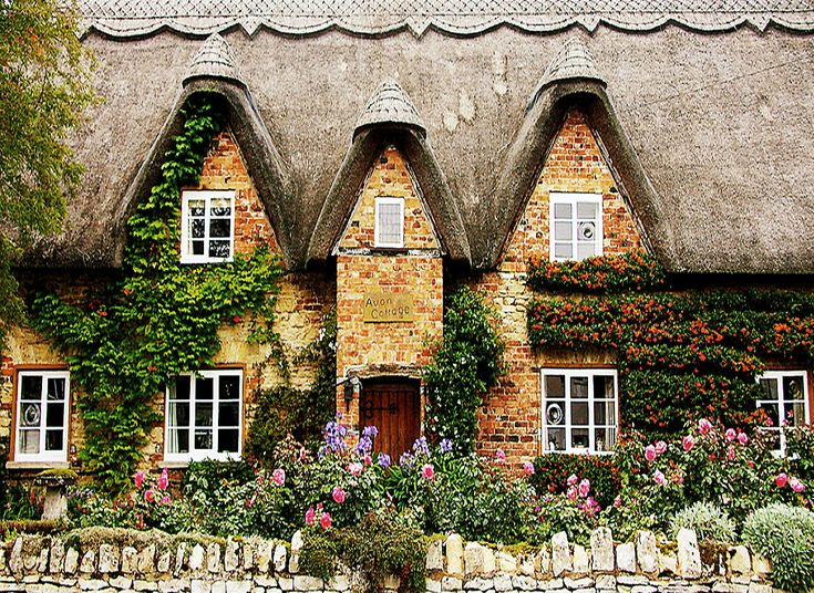 Another fabulous Cotswolds cottage! I noticed the stone walls there were a little different than others- see the stones standing on edge on the top row? That seems to be a local custom.