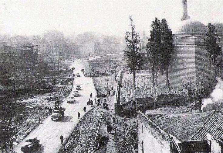 1950'li yılların başı. Vatan Caddesi henüz açılmamış. Murat Paşa Camii ve cadde açılırken yıkılan hamam görünmekte...