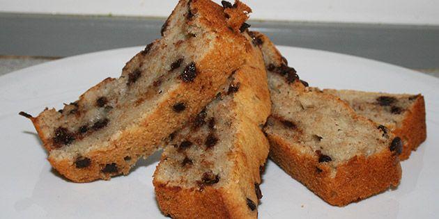 Utrolig lækker og svampet banankage, der smager så godt, at man ikke kan holde sig til et enkelt stykke. Den lækre kage er fyldt med stykker af mørk chokolade, der giver et dejligt knasende element.
