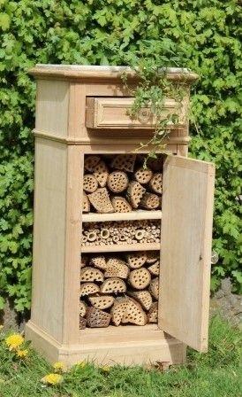 Depuis quelques années, les hôtels à insectes fleurissent dans les jardins de France et de Navarre. A quoi servent-ils ? Qu'abritent-ils ? Toutes les explications sur ces drôles d'habitations en bois, destinées à la petite faune du jardin.