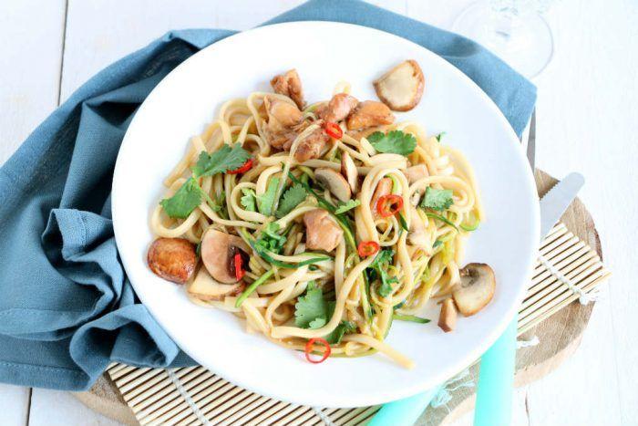 Gebakken noedels met kip, courgette en champignons - Lekker eten met Linda