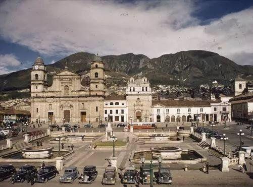 Bogota Antigua _Plaza de Bolívar en Bogotá  por allá por la década de 1940.