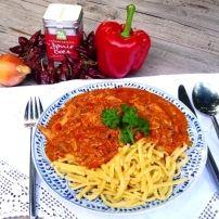 Dit van origine traditioneel Hongaars gerecht van kip met paprika lijkt qua smaak veel op goulash (porkolt). Je kunt kipfilet gebruiken maar ook een hele kip...