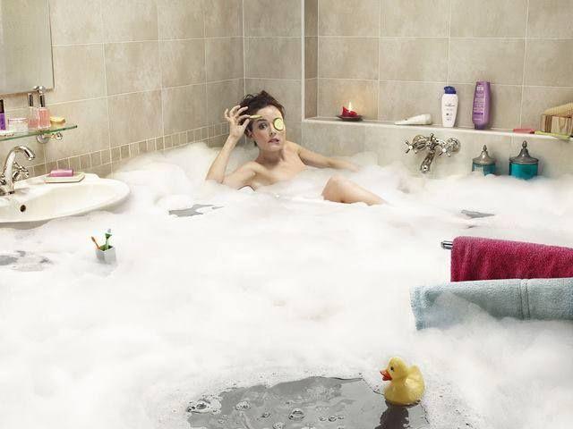 Pełen relaks może mieć czasami troszkę kłopotliwe skutki :) Pocieszyć można się faktem, że dłuższa kąpiel na pewno pomogła zregenerować siły potrzebne do uprzątnięcia załączonego potopu! :)  Czy w Waszych łazienkach zdarzały się podobne awarie?