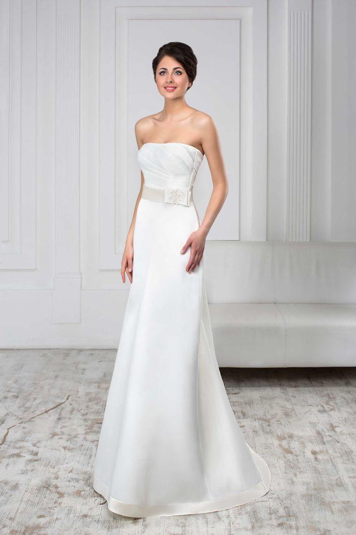 Jednoduché dlhé svadobné šaty bez ramienok na šnúrovačku