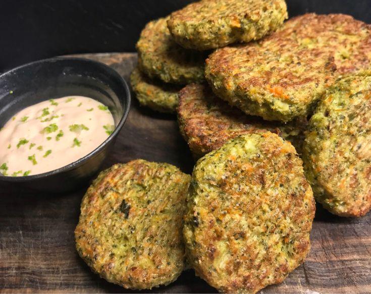 BIFF MED BROCCOLI & MOROT 250 g broccoli 2 st morot små, eller 1 stor 2 st ägg 0,5 dl mandelmjöl 1 msk fiberhusk 2,5 dl ost riven lagrad 0,5 tsk chiliflakes Salt & svartpeppar 2 tsk lökpulver Skölj och dela broccolin i mindre bitar, både stam och buketter. Skala morötter dela i mindre bitar, och mixa både broccoli och morötter till en något grov hackad massa. Knäck äggen i en skål, vispa ner kryddor, mandelmjöl, och fiberhusk, låt stå i 5 minuter. Vänd sedan ner broccoli och morotsha...