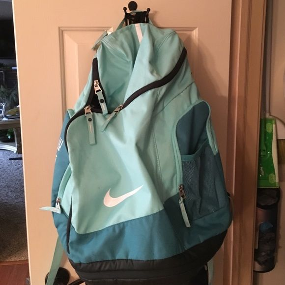 Nike Elite Bag A Line Green/Teal Nike Elite bag, condition is 9.5/10, there are no flaws, and it has an internal laptop sleeve. Price is Negotiable lots of room inside the bag Nike Bags