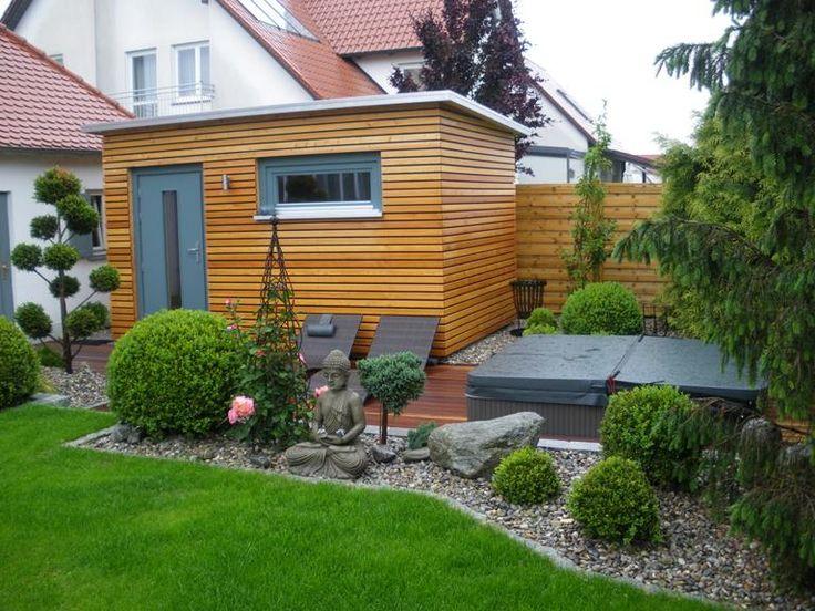 """Ein beliebter Platz für Heim-Saunen ist der Garten – zum Beispiel integriert in ein Gartenhäuschen. Da im Außenbereich eine gut funktionierende Wärmedämmung eine wichtige Rolle spielt, setzt Ruku auf spezielle """"Isoholz""""-Wände. Luftkammern und reflektierende Aluschichten halten bei ihnen die Wärme auch ohne zusätzliches Isoliermaterial sicher im Innenbereich."""