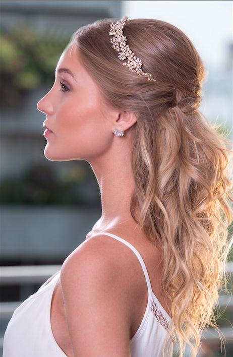 Diadema Golden Blossom. Dulce y moderna inspirada en la tiara tradicional, con cristales, perlas y hermosas flores detalladas.