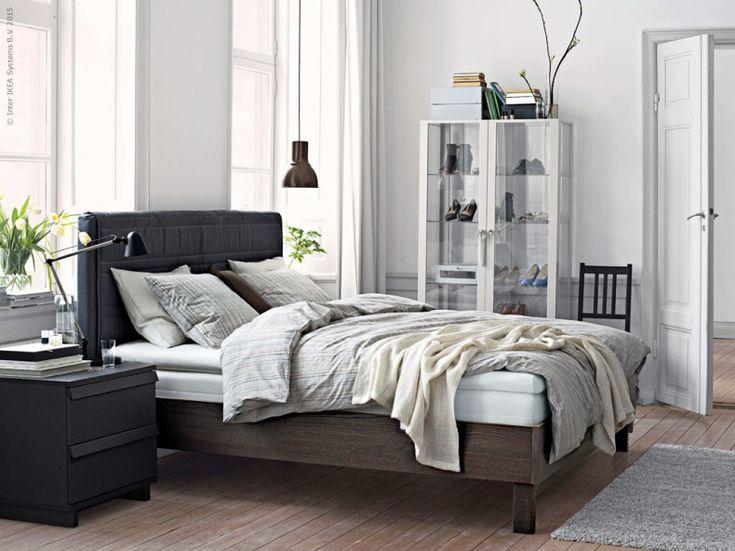 Med nya serien OPPLAND, design Ehlén Johansson, skapar du ett lugnt och enhetligt sovrum där du kan sova gott och vakna utvilad. OPPLAND sängstomme brunlaserad betsad ask. Den mjuka huvudgaveln ger ett skönt stöd om du vill sitta upp och läsa eller titta på tv. VÅRÄRT påslakan 2 örngott, beige. STOCKHOLM vitrinskåp, HEKTAR taklampa. Stylist Hans Blomquist.